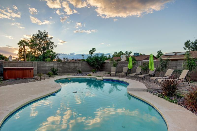 One of the nicest pool areas available with brand new deck, 6 chairs & umbrellas - AMAZING LOCATION- Big Pool/ Hot Tub/Putting Green - Scottsdale - rentals