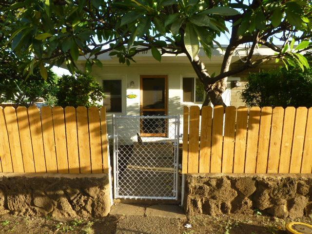 View of Hale Nalu duplex cottage front door entrance - Hale Nalu O Makaha  (Surf Home in Makaha) - Makaha - rentals