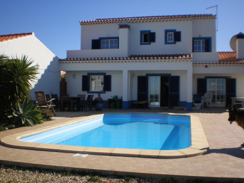 Back of villa and pool. Secluded garden, sun terrace and bbq area. - Sea Front. Detached villa, Pool, Surfers Paradise - Aljezur - rentals