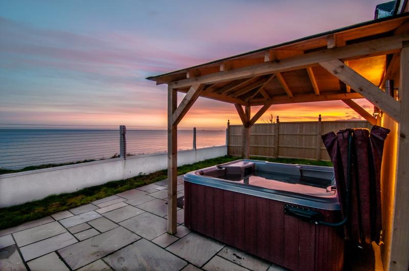 Panoramic views across the sea - Seascape -  Sea views, Hot tub and Log burner - Birchington - rentals