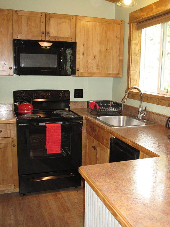 Custom cabinets in newly remodeled kitchen. - Super Clean Cabin Just Minutes from Glacier Park - Columbia Falls - rentals