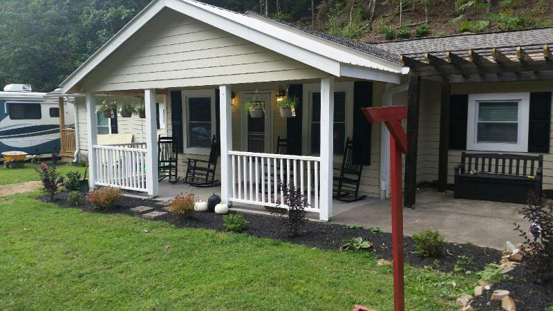 7 B/R chalet near Dollywood with heated pool - Image 1 - Pigeon Forge - rentals
