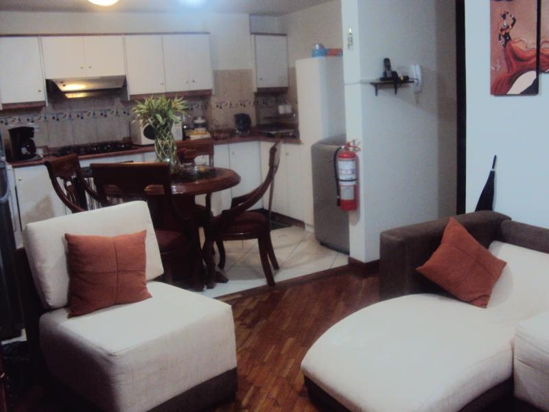 Living room, dining room and kitchen view - Comfortable Apartment in Historic Old Town Quito - Quito - rentals