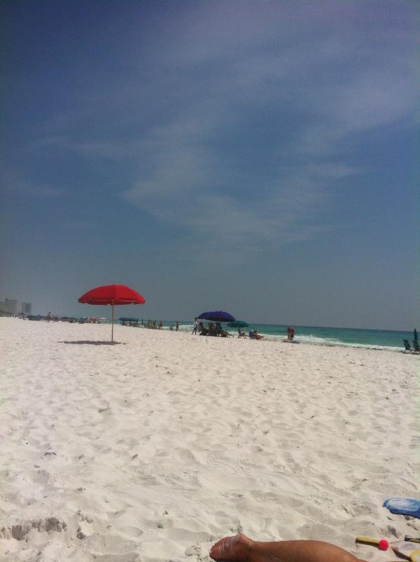 Looking east on the beach - 3 Bedroom condo - newly remodeled.  Sleeps upto 8 - Destin - rentals