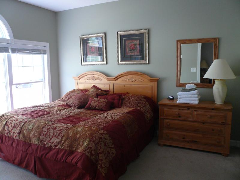 Master bedroom king bed 2 dressers golf course view private walk in closet bath - BarefootResortSale 275wkOct22-29 299wkNovDec - North Myrtle Beach - rentals