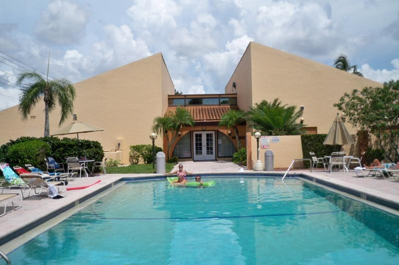 relax at a resort style condominium  - SUNsational Resort Style 1st floor condo - Fort Myers - rentals