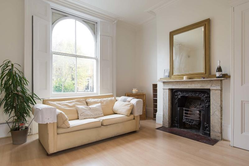 A lovely two-bedroom house on a charming street near De Beauvoir Square. - Image 1 - London - rentals