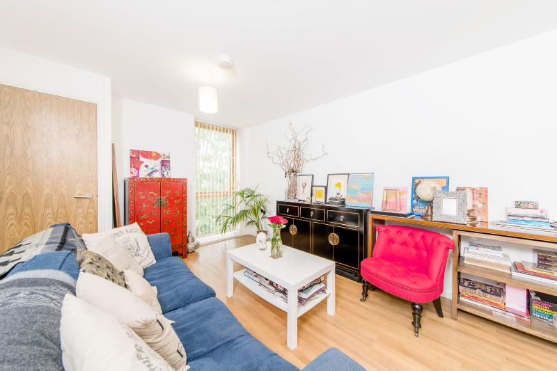 A bright two-bedroom flat in a secure apartment block, nearby Richmond station. - Image 1 - London - rentals