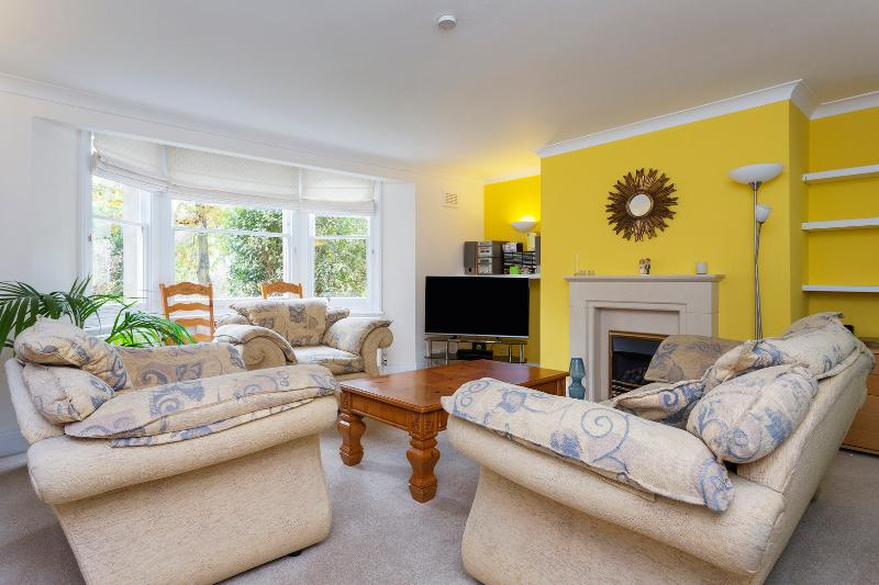 A lovely two-bedroom ground floor apartment in friendly Wimbledon. - Image 1 - London - rentals
