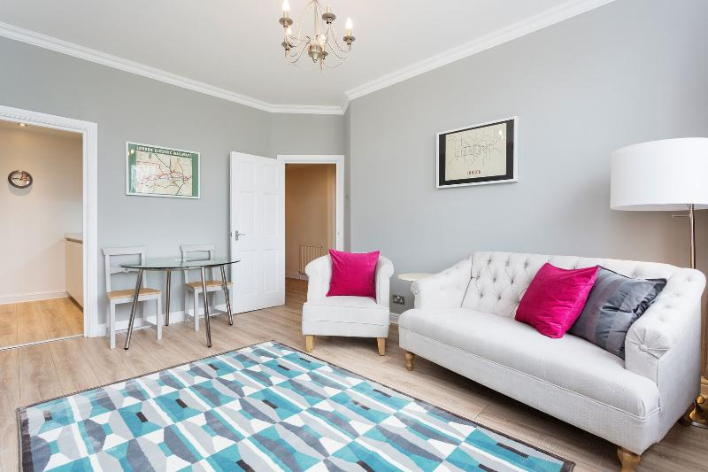 A bright two-bedroom apartment nearby Belsize Village. - Image 1 - London - rentals