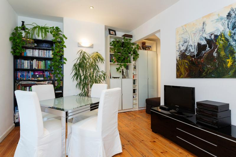 A sweet two-bedroom cottage nearby leafy Putney Heath. - Image 1 - London - rentals