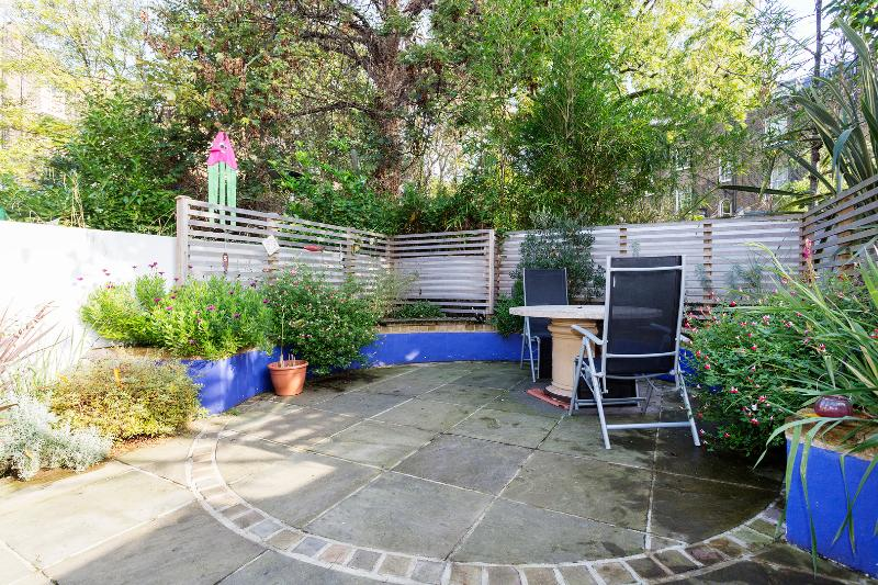 Outdoor - A lovely one-bedroom garden flat on vibrant Caledonian Road. - London - rentals