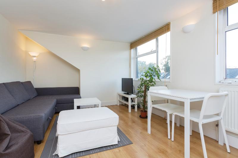 A bright two-bedroom flat in friendly Balham. - Image 1 - London - rentals
