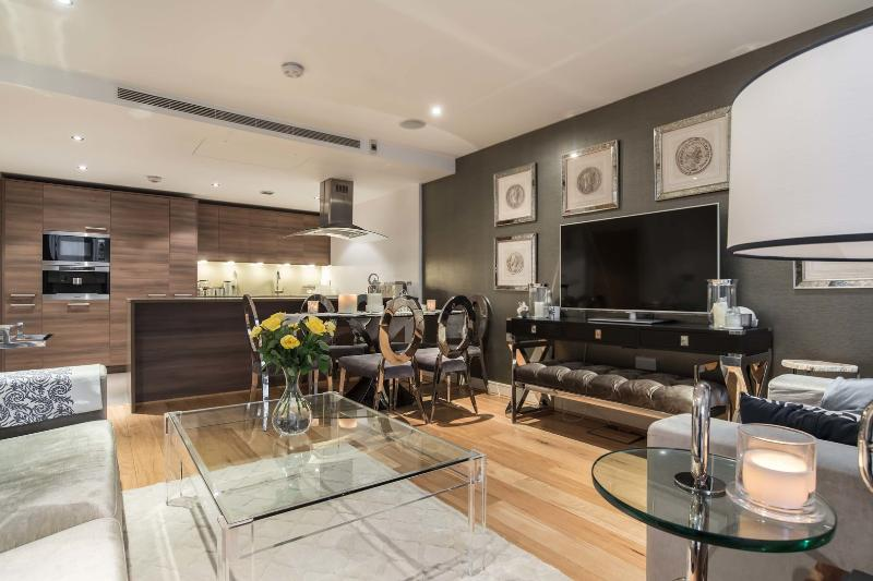 A stylish three-bedroom apartment in sought after Imperial Wharf. - Image 1 - London - rentals
