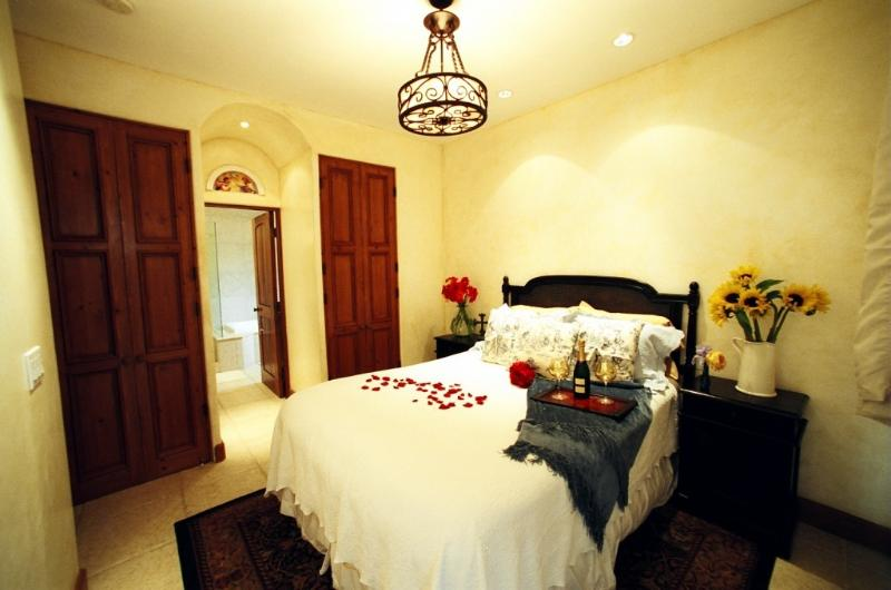 Enjoy your queen feather bed with luxury linens wi - The Secret Getaway - 2 blocks to the Beach & Town - Santa Barbara - rentals