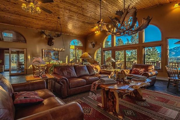 Great Room is the focal point for gathering with fabulous Pikes Peak views - View of Pikes Peak in Spacious Mountain Lodge - Colorado Springs - rentals