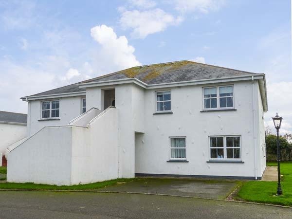 20 CASTLE GARDENS, second floor apartment, open fire, balcony, Rosslare, Ref 27229 - Image 1 - Rosslare - rentals