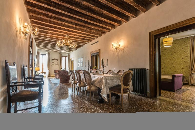 Palazzina Canal - Palazzina Canal is a large apartment with 5 bedrooms that can comfortably host up to10 persons. The apartment has 3 bathrooms and a large family kitchen. - Image 1 - Venice - rentals