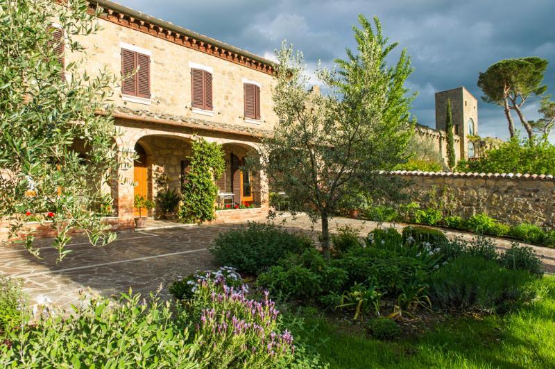 4 bedroom villa has a covered terrace and garden inside a village near Pienza. - Villa Daria - Monticchiello - rentals