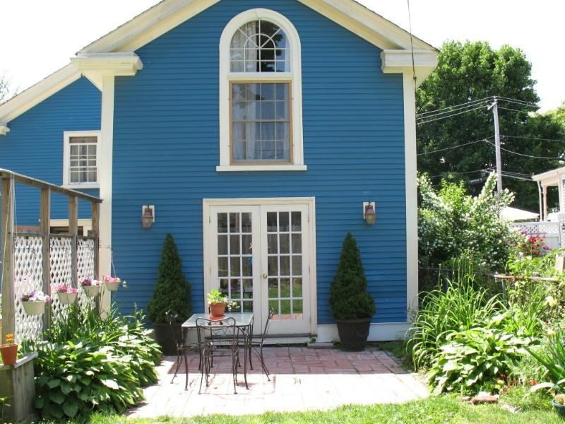 patio and garden - Salem/Beverly a great stay for  business or fun! - Beverly - rentals