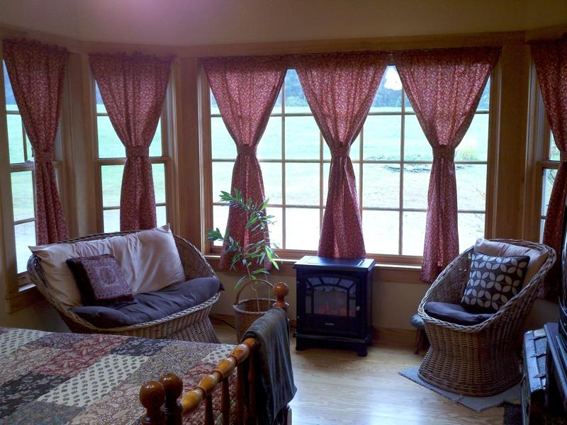 Maple Room w/ King or Queen bed & huge bay window over looking meadow; TV/DVD - Burke Mountain Vermont Northeast Kingdom Trails - East Burke - rentals