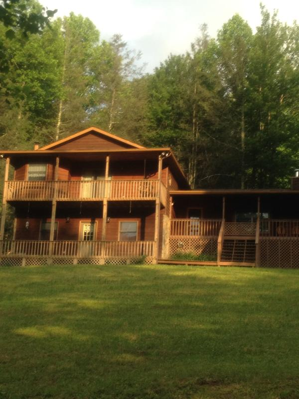 Front View of House on a Summer Morning - VACATION HOME MOUNTAIN RETREAT - Bakersville - rentals