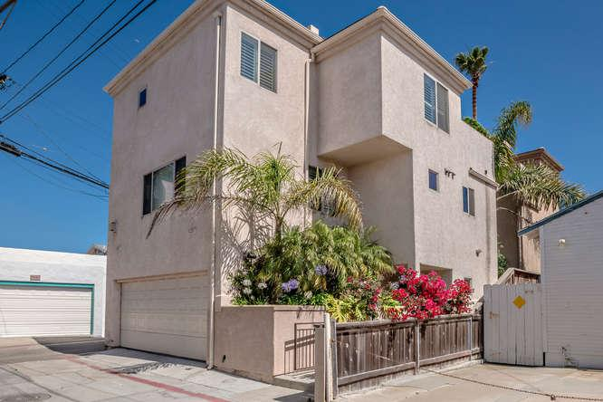 2000 square feet with views, garage, bikes!  3 bdr, 3.5 baths, huge rooftop deck - Spacious, Luxurious View Home in Mission Beach - San Diego - rentals