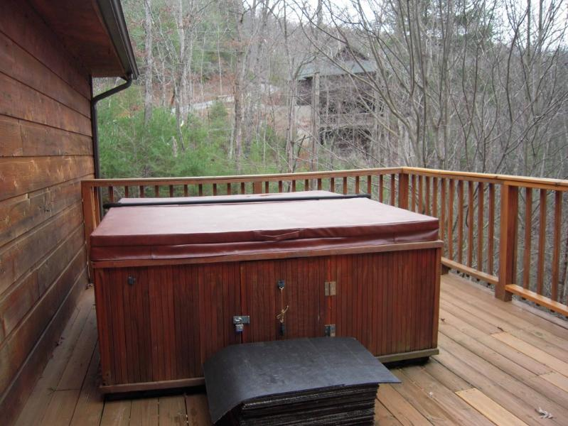 """Enjoy the large hot tub on the large deck - Luxury Cabin """"Emerald Ridge"""" with free Wi-Fi - Pigeon Forge - rentals"""