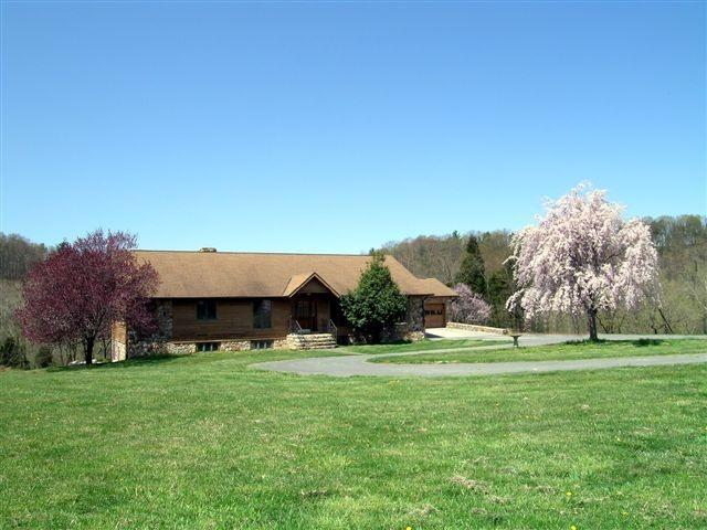 Front view of the Lodge - Rental home Shenandoah river. Secluded 160 acres - Shenandoah - rentals