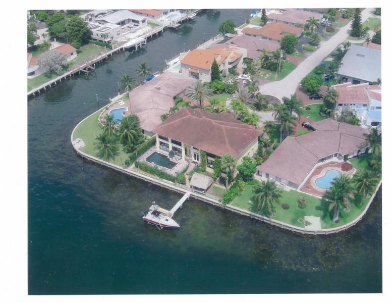 Sky View of Center House and Boatlift and Boat - Columbus Day Available sep-nov  5k wkly - North Miami - rentals