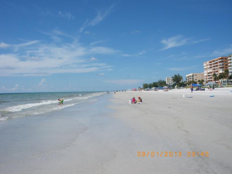 White sand beach with private access - 1 minute walk to white sandy beach beautiful condo - Indian Shores - rentals