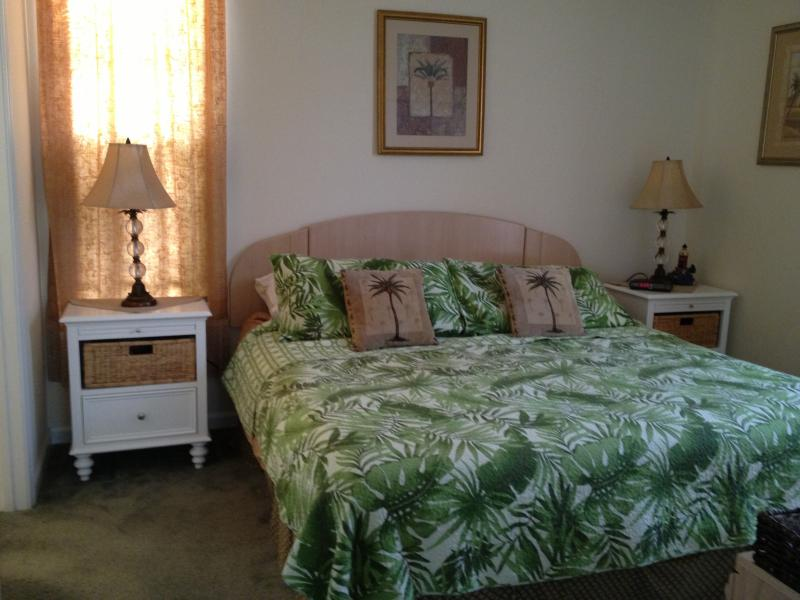 Master BR w/ New King Mattress Set (6/15) Memory Foam topper lamp;new night stands; Summer bedspread - Beautifully Updated Myrtle Beach Golf Condo - Myrtle Beach - rentals