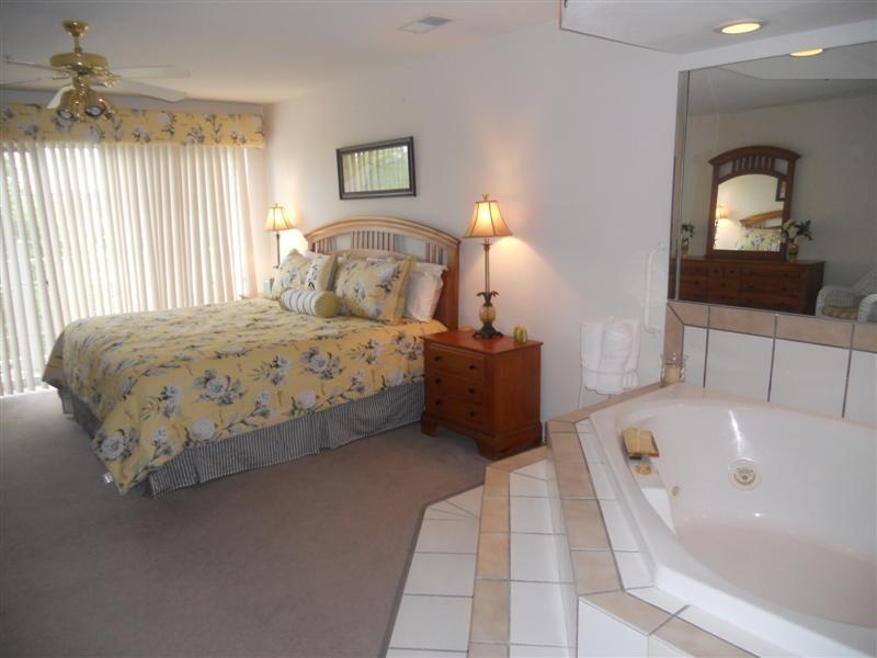 Master suite with king bed and Jacuzzi - One bedroom Jacuzzi Suite - Branson - rentals