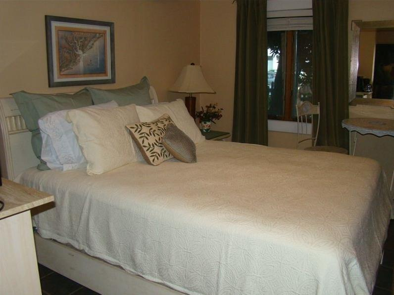 queen bed - Lovely Efficiency Suite for 2  in Resort Area - Virginia Beach - rentals