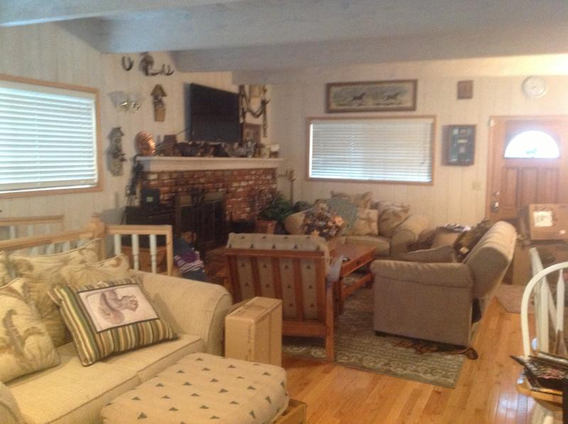 Living room main floor - Pride of Ownership, great location and views - Lake Arrowhead - rentals