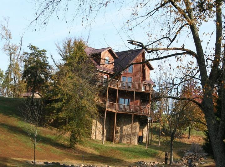 View of back of T & R's Mountain Dream with lots of play room. - 5 bdrm, 5.5 bath. Mountain view - Sevierville - rentals