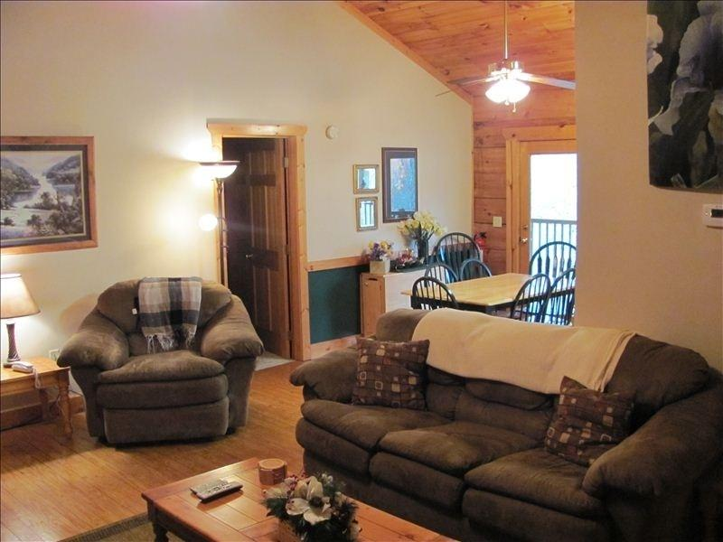 Den & Dining Area - Tennessee Iris Lodge-Welcome! We 'Re Expecting You - Sevierville - rentals