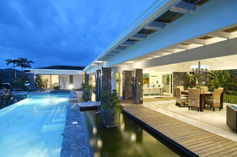 The infiniti swimming pool 14 metres long by night - Very charmed tropical villa - Tamarindo - rentals