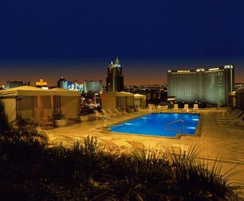 Right on the Las Vegas Strip in the heart of everything. - High Rise 1 bedroom on the Strip with Kitchen - Las Vegas - rentals