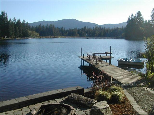 Lake front ;patio and dock with view of Squawk Mountaion - The Cabins at Lake Alice - Fall City - rentals