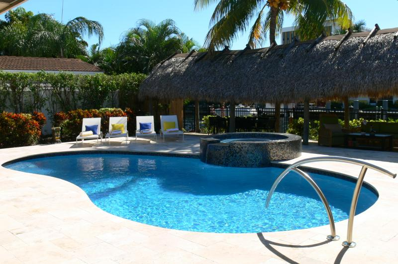 Relax by the heated pool & enjoy the South Florida weather! - Villa Bliss Waterfront Pool, Jacuzzi & Tiki Hut - Fort Lauderdale - rentals