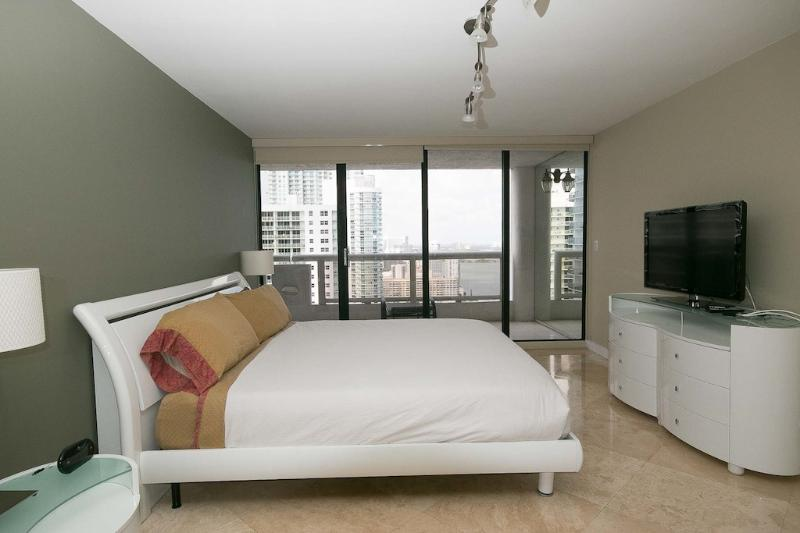 Master bedroom king bed - 3 Bedroom upgraded modern condo on the bay - Miami - rentals