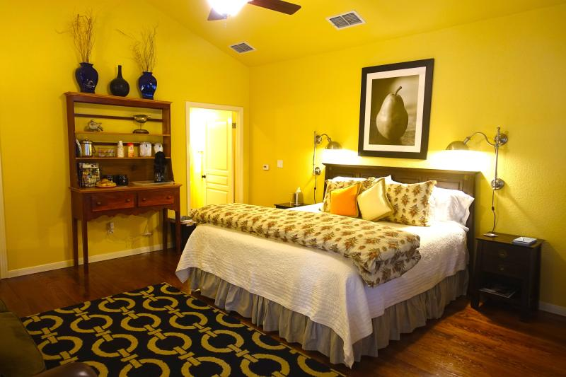 King size Bed - Across Street from Comal River - New Braunfels - rentals