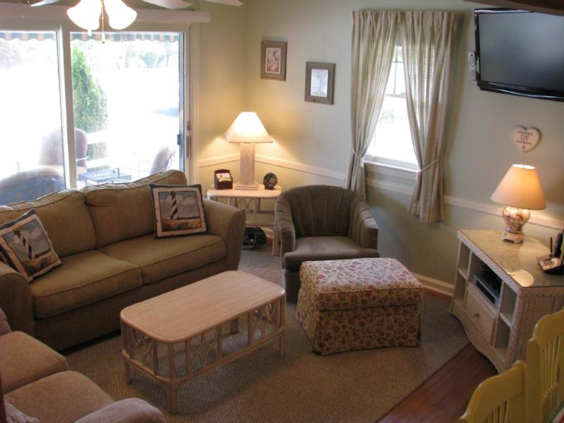 Cozy living room, WIFI, sleeper sofa - 400' to beach, walk to town, central air, bikes - Cape May - rentals
