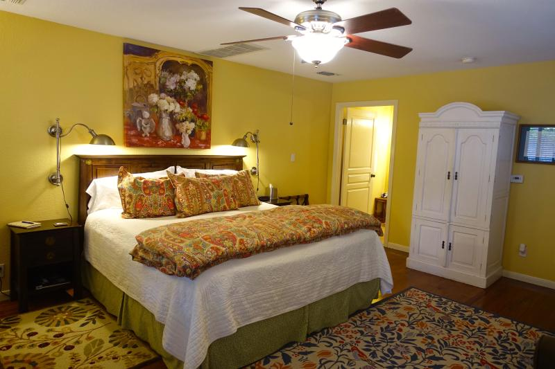 King size bed - Comal Inn-Walking distance to Schlitterbahn - New Braunfels - rentals