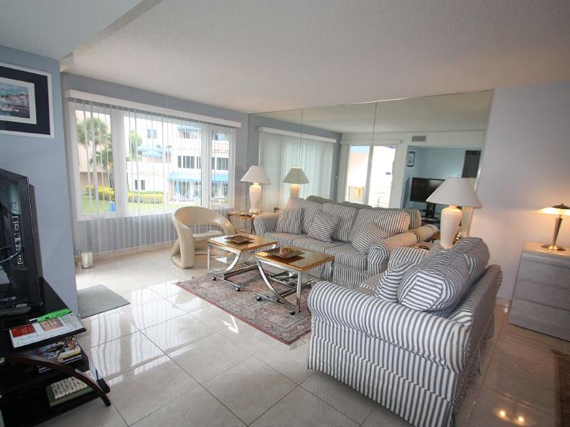 Living room - Beach resort directly on the Gulf of Mexico - Longboat Key - rentals