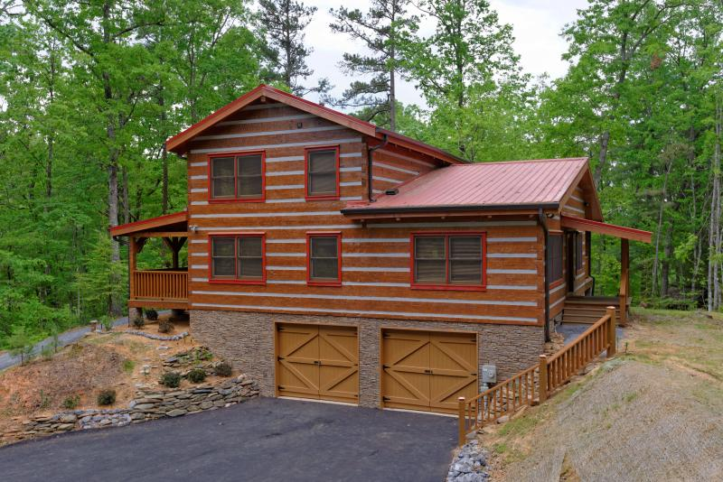 True Appalachian log cabin; Paved parking for 4+ vehicles; - Appalachian Escape - btw Gatlinburg & Pigeon Forge, Private & Secluded, Firepit - Gatlinburg - rentals