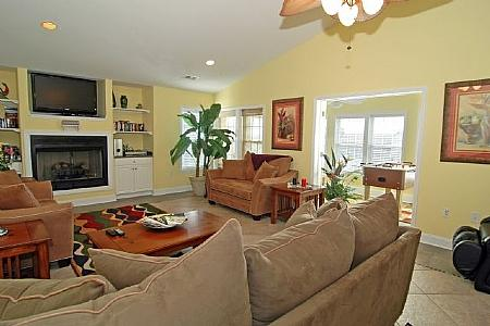 LARGE COMFY FAMILY ROOM - Victory Penthouse-Luxury Pet Friendly & Pool Acces - Carolina Beach - rentals