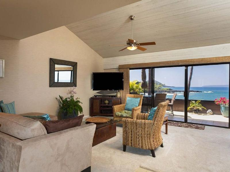 Family room with view. - Maui Ocean-Front 3br/3ba Penthouse with Amazing Ocean Views - Kihei - rentals