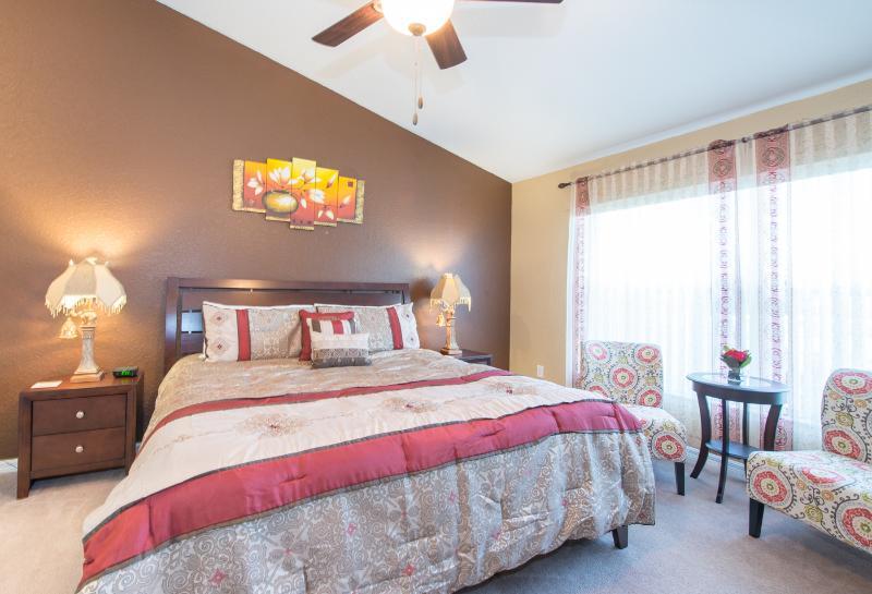 Master Bedroom (King Bed, 42 inch Flat TV, Ceiling Fan, Sitting area) - Florida Disney Golf Pool Villa, 5BR/3BA/Game Room - Davenport - rentals